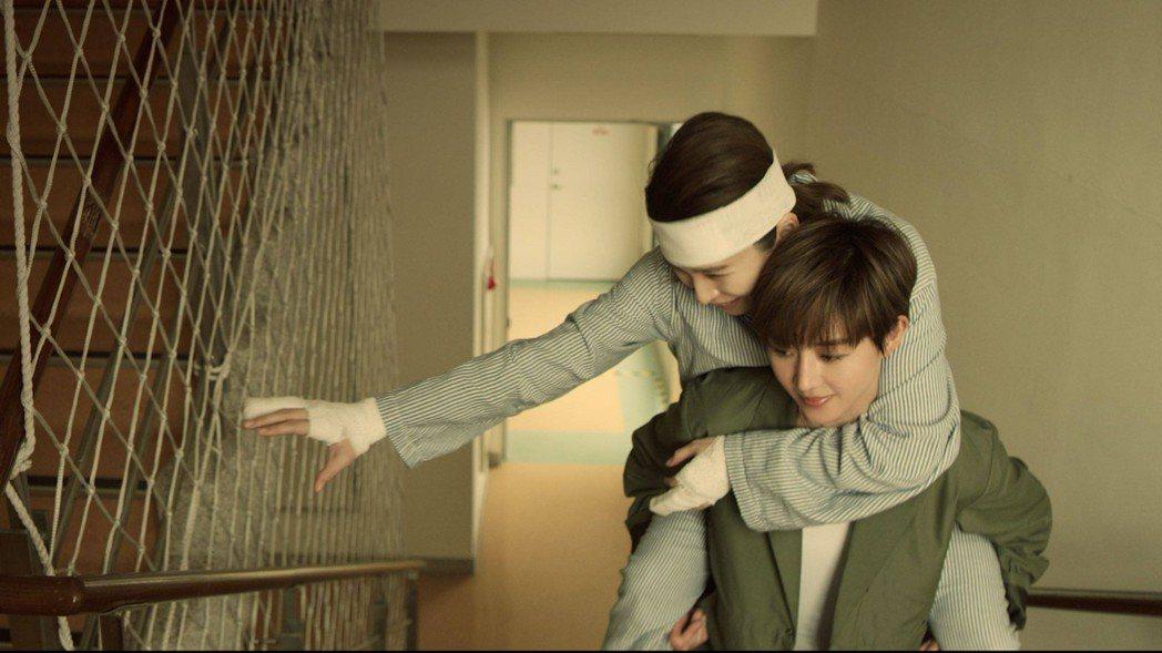 張鈞甯(右)揹著徐若瑄爬樓梯是導演何潤東臨時加的戲。圖/HBO提供