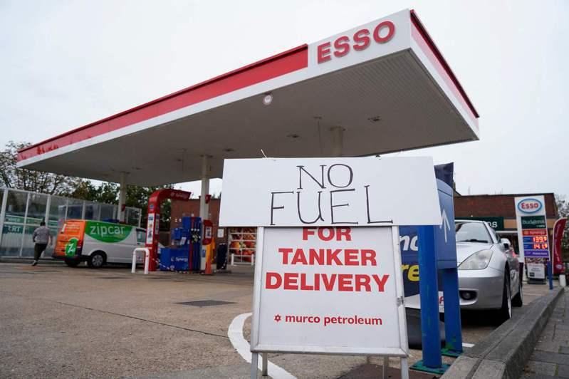 英國鬧缺油荒已經一星期,圖為2日倫敦南部斯特里薩姆區一間貼出無燃料可供應的加油站。法新社