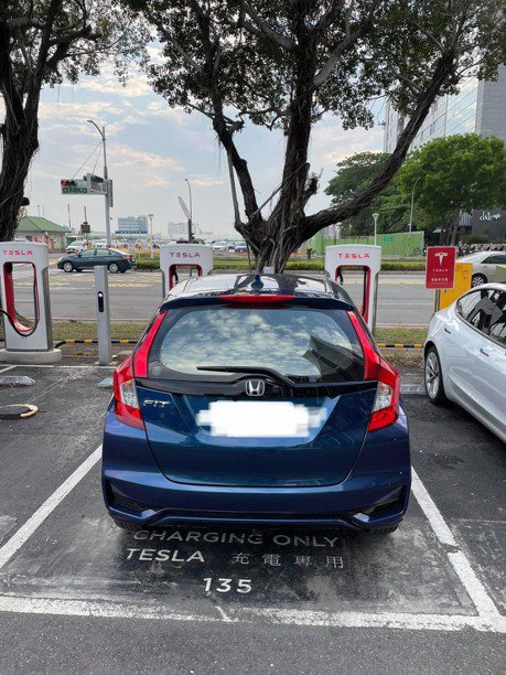 高雄市電動車停車格占用嚴重 電動車主:看得到用不到