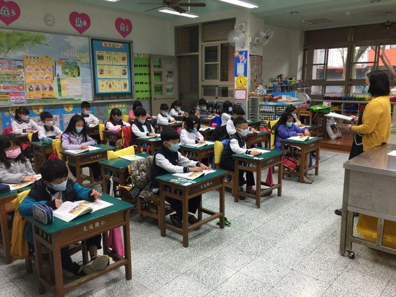 有校長指出,孩子成天戴著口罩,很多孩子看起來就像雙胞胎,分不清楚誰是誰,不少科任老師反映開學一個月,仍不知道學生誰是誰,必須花費更多時間去認識。示意圖。圖/讀者提供
