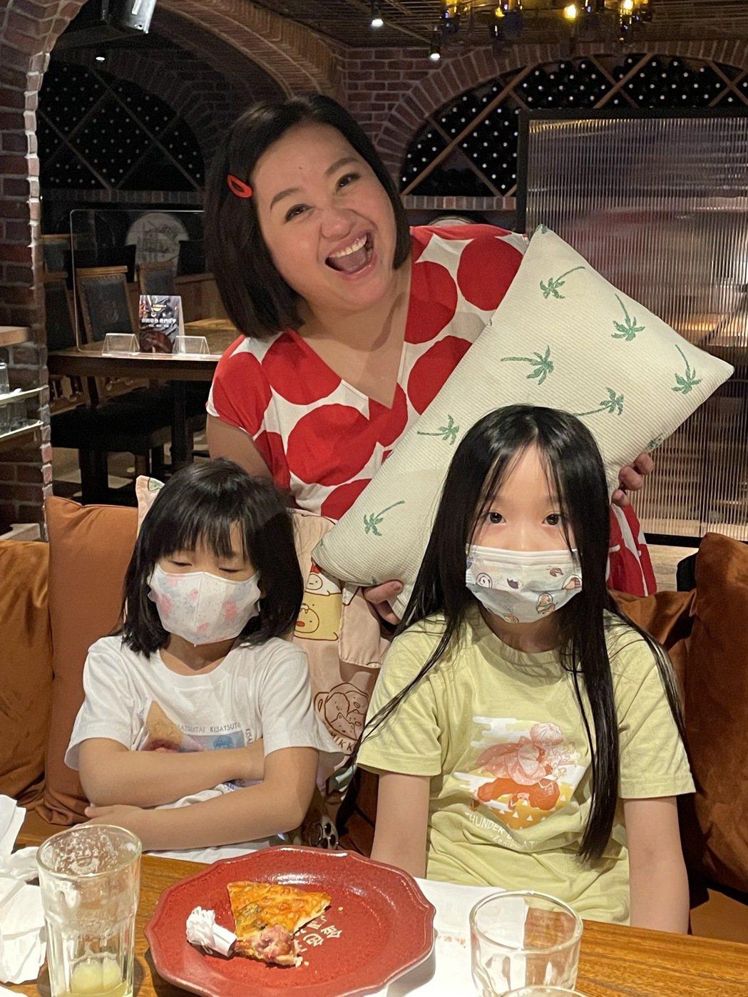 鍾欣凌帶2女兒出席「婆婆」金鐘慶功,小枕頭萌翻一票人。圖/公視提供