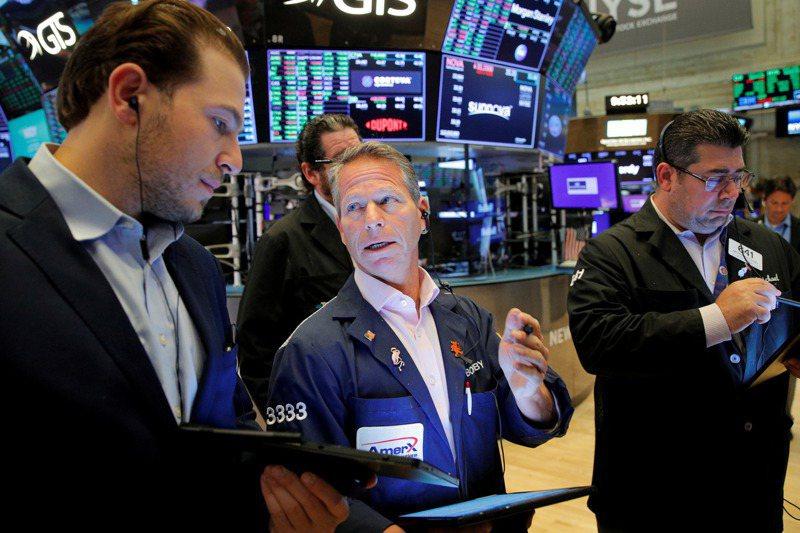 交易員在美國紐約證交所工作。即使美國經濟因疫情蒙受損失,美股過去一年半仍持續上漲。路透