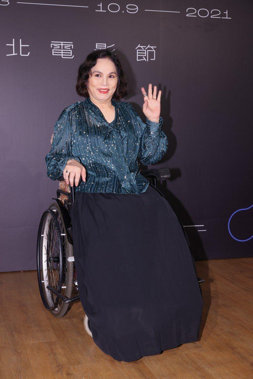 李珮菁以一曲「我愛月亮」走紅而有「月亮歌手」的稱號,卻因一場脊椎手術失敗而癱瘓了