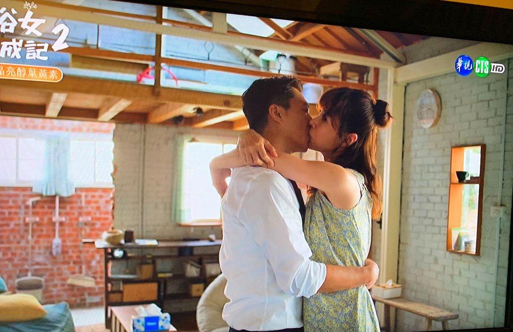 「俗女2」森玲CP(謝盈萱、藍葦華飾演)激吻復合。圖/翻攝華視