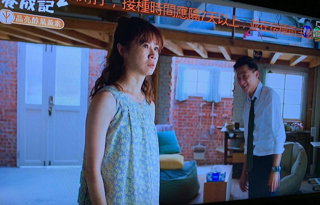 「俗女2」中,謝盈萱(左)在一陣激吻後發生悲劇,藍葦華笑翻。圖/翻攝華視