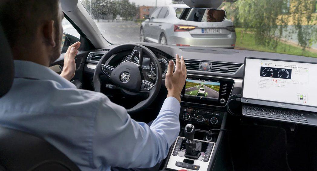 近一半的英國駕駛認為自己的技術比自動駕駛更好。 摘自Carscoops.com