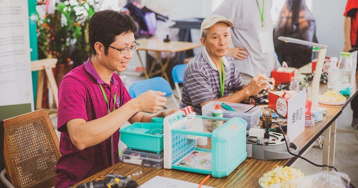 小家電診所召集人黃武就(左一)與志工李慈溫(左二)協助民眾修復家電。 圖/國立中...