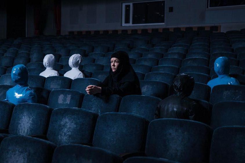 那些可見的一切幾乎都在,劇院只更換了椅子,十多年來,它依然是個重要的娛樂、社交場所,並沒有成為紀念地。這裡景物依舊,所有關於「記憶」的東西卻全都消失了。圖為《重返悲劇現場》劇照。 圖/台北電影節提供