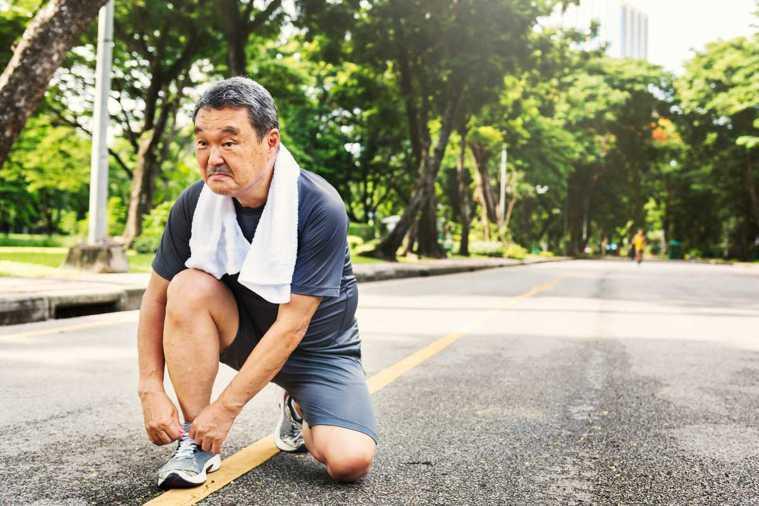 建議長輩可以健走,對骨頭的負荷相對慢跑沒有那麼大,但強健骨頭效果較低。所以如果做...