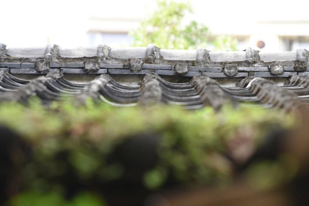 有日式黑瓦覆蓋的周學普故居。 圖/作者拍攝
