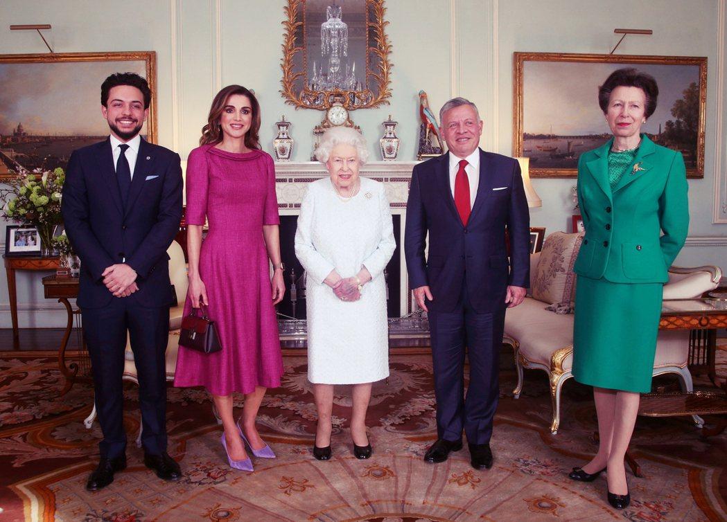 圖為約旦國王阿不都拉二世(右二)與王后拉妮雅(左二)與英女王在2019年見面。 ...