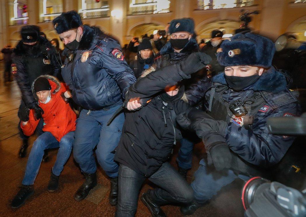 圖為今年1月聲援異議領袖納瓦爾尼而被警方逮捕的示威者。 圖/歐新社