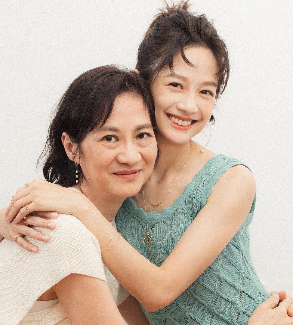 簡嫚書與媽媽。圖/擷自IG