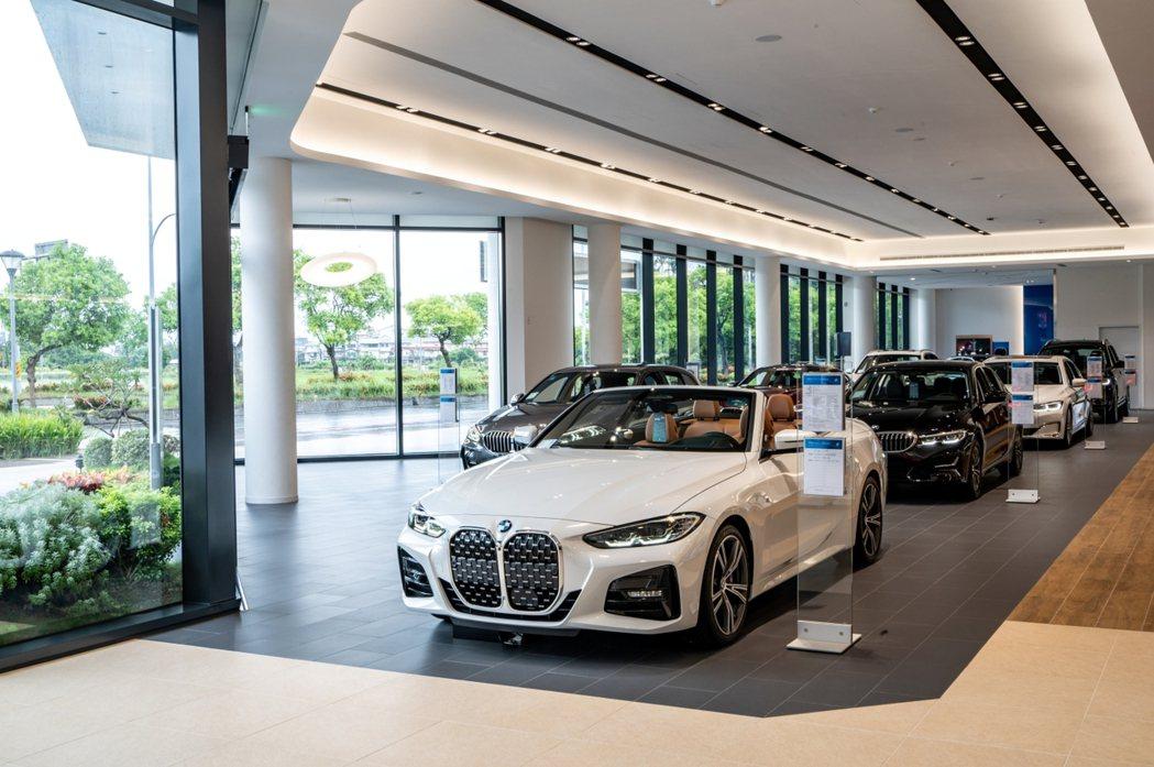 BMW蘭陽鎔德展示中心將蘭陽風光獨具的自然環境特色融入空間設計語彙中,以透明帷幕...