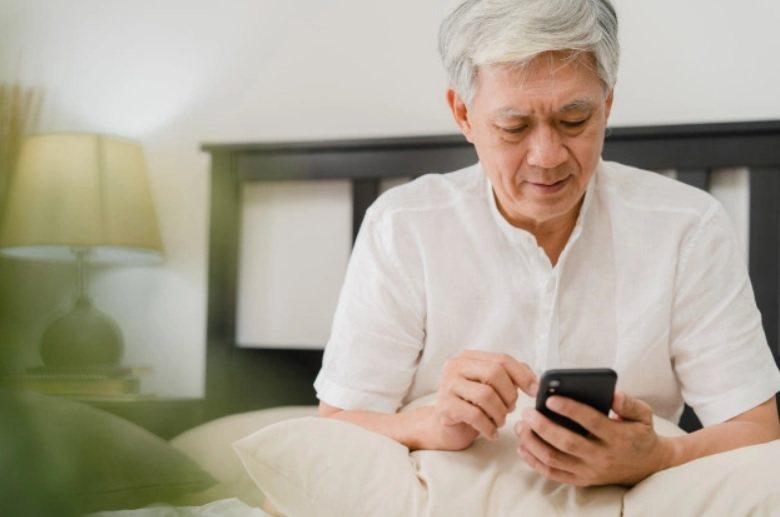 可鼓勵長輩接觸3C產品,教導如何透過手機、平板進行視訊,以解思親之情。 圖/fr...