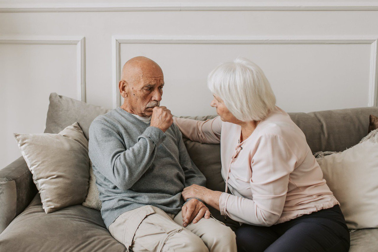 一般人嗆到後,會用力咳嗽將食物咳出,但長輩肌力退化、力量不夠只能輕咳。 圖/pe...