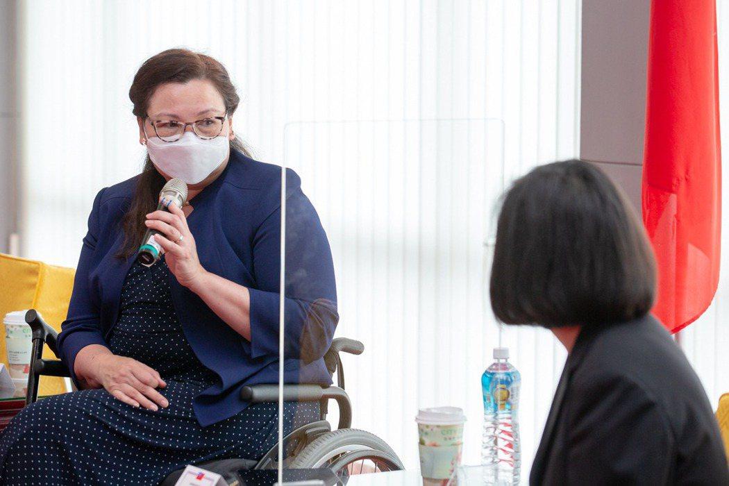 美國參議員達克沃斯(Tammy Duckworth,左)等一行人於2021年6月旋風拜訪台灣,與總統蔡英文於松山機場會晤。 圖/總統府提供