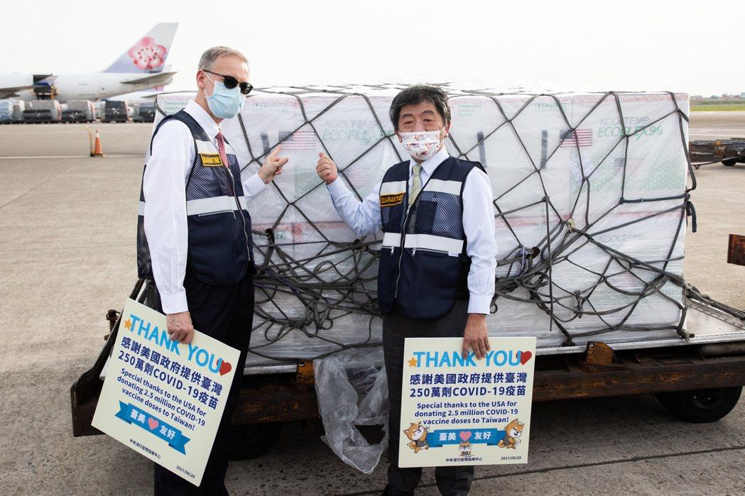 美國贈送250萬劑莫德納疫苗抵桃園機場,指揮官陳時中(右)與時任AIT處長酈英傑(左)機坪親迎。 圖/聯合報系資料照
