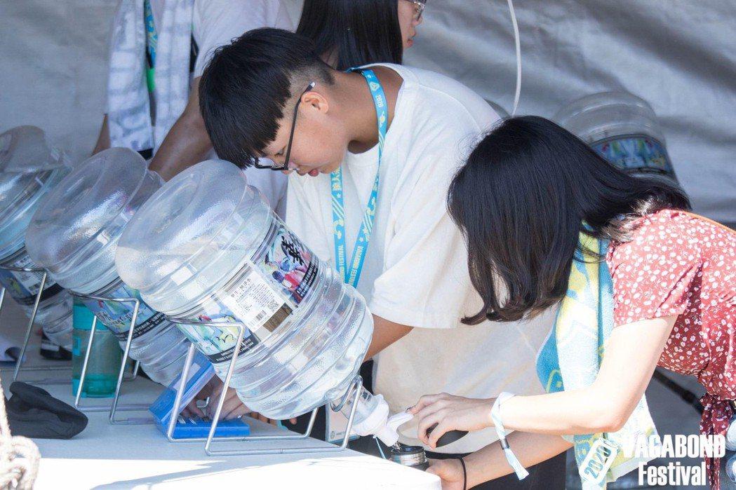 蕭達謙表示:「浪人祭到了第二屆,現場有幾千位觀眾自備水壺和餐具」、「至少我們真的...