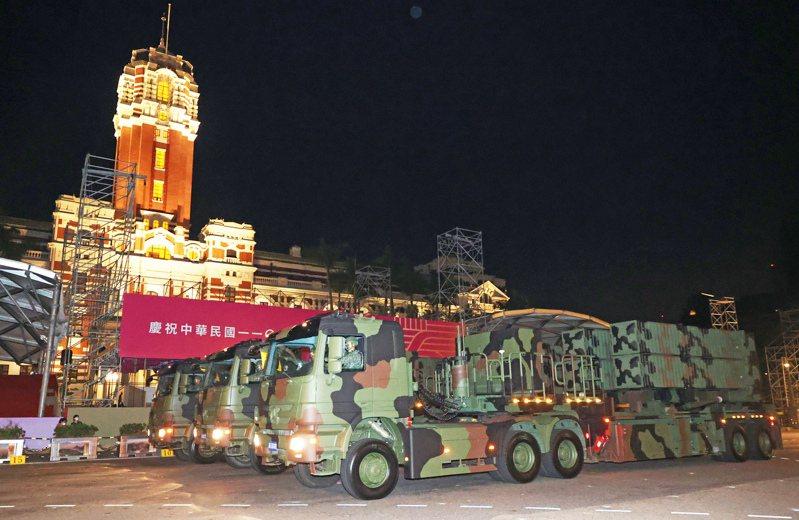 日前總統府前舉行國慶日預演,國軍天弓三型防空飛彈車參與國慶展演。圖/聯合報系資料照片