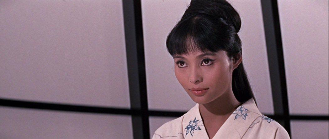 若林映子在「雷霆谷」戲分重,飾演日本女情報員。圖/摘自imdb