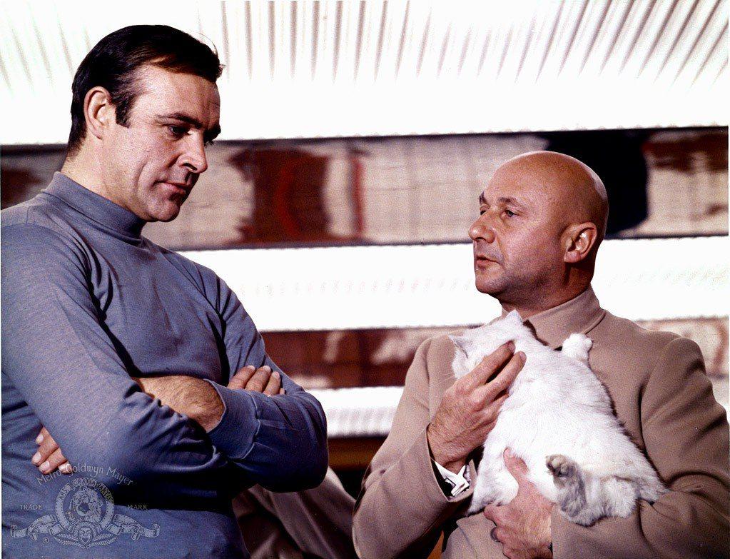 「雷霆谷」裡的惡魔黨首領手上抱著貓,是觀眾心目中的經典印象。圖/摘自imdb