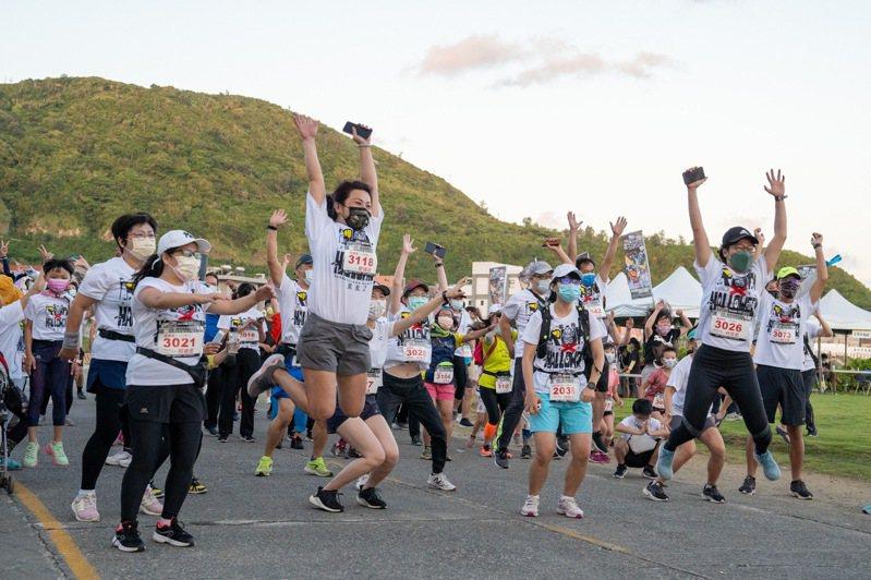 2021全台首場台東綠島火燒島大哥路跑昨晨開跑,選手們戴著口罩開跑。圖/縣府提供