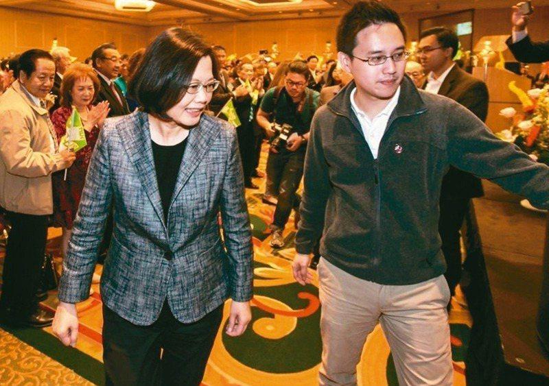 「 口譯哥」趙怡翔(右)一向被認為是英系提拔,突然加入民進黨派系湧言會,引起黨內耳語。圖/聯合報系資料照片