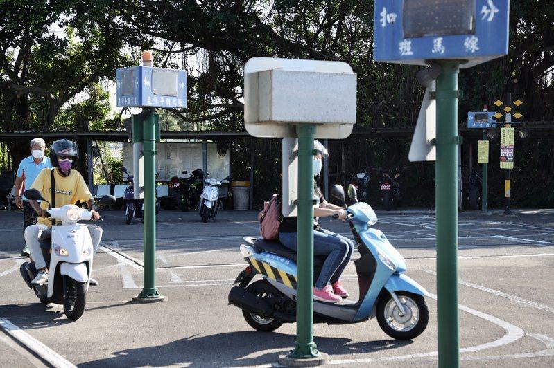 日本機車考照幾乎等同台灣的汽車考照,不少魔王關卡難度甚至不輸國慶憲兵機車連的技術。圖為台灣機車駕訓班練習狀況。記者林俊良/攝影