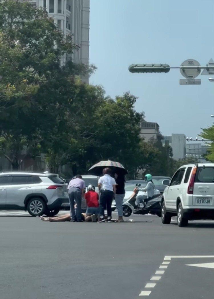 台南市中西區中華西路、和緯路口,3日中午發生轎車撞機車,造成機車男騎士死亡意外。記者黃宣翰/翻攝