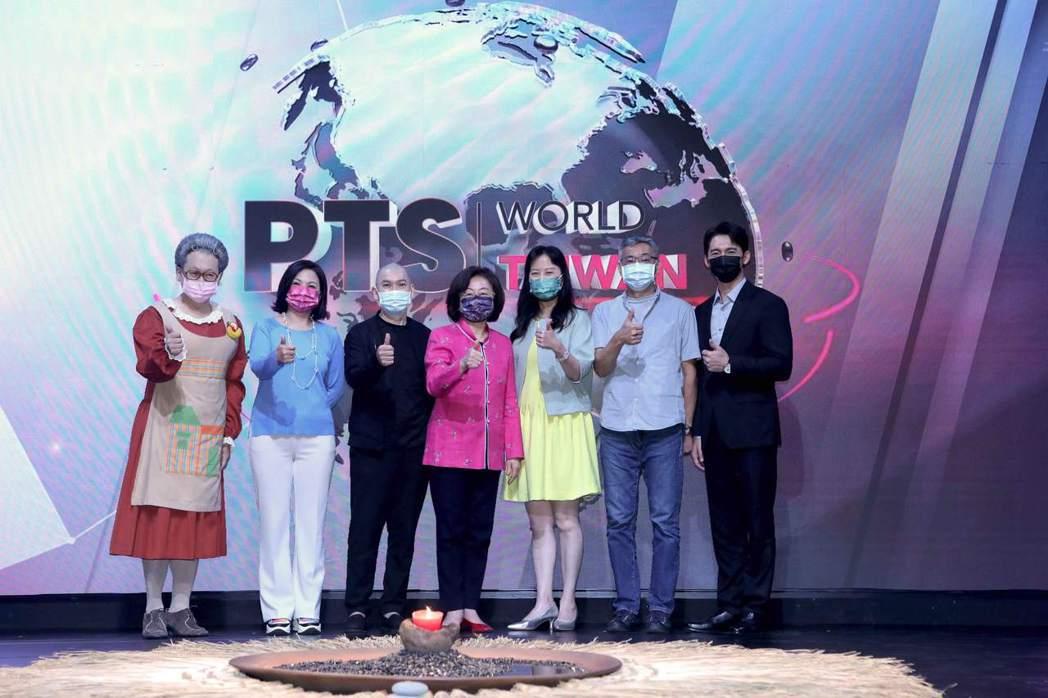 公視「PTS WORLD TAIWAN」影音平台啟動記者會 ,左起為水果奶奶、楊