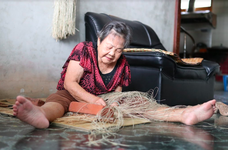 苗栗苑裡的藺編文化曾面臨失傳危機,幾年前只剩七十幾歲的阿嬤還在維持這項老工藝。圖/廖怡雅提供