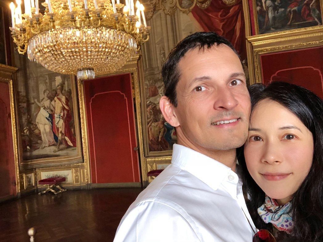 莫文蔚(右)和老公結婚滿10周年。圖/莫家寶貝工作室提供