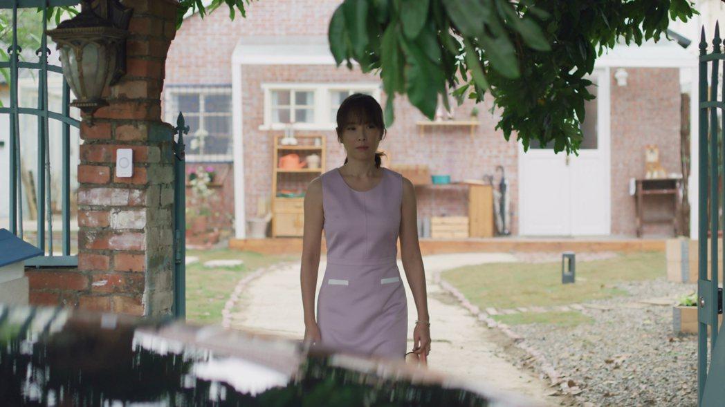 天心在「俗女2」中,眼看森玲CP甜蜜,想到自己的婚姻,黯然離開嘉玲家。圖/華視、...