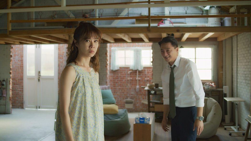 「俗女2」中,森玲CP復合之吻,謝盈萱(左)、藍葦華被臭屁打斷。圖/華視、CAT...