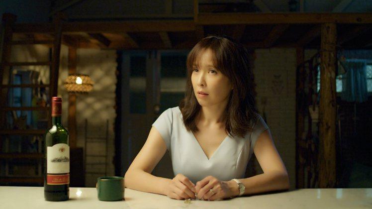「俗女2」中, 洪育萱(天心飾)看到森玲CP甜蜜模樣,摸著自己的婚戒感傷。圖/華...
