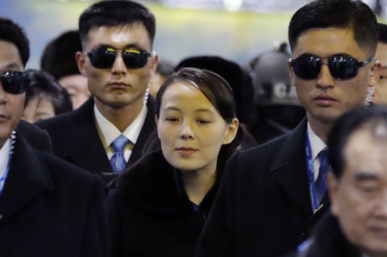 專家認為,金與正(中)今後恐全面參與北韓對韓、美的談判,圖為她在2018年2月9日抵達珍富站準備出席平昌冬奧會開幕式。美聯社