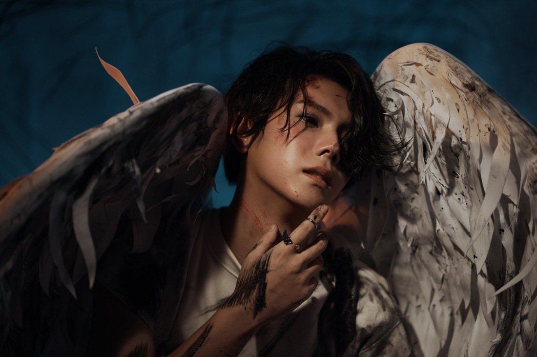 楊宇騰在新歌「天使烏鴉」MV分飾兩角。圖/泓康天下娛樂文創提供