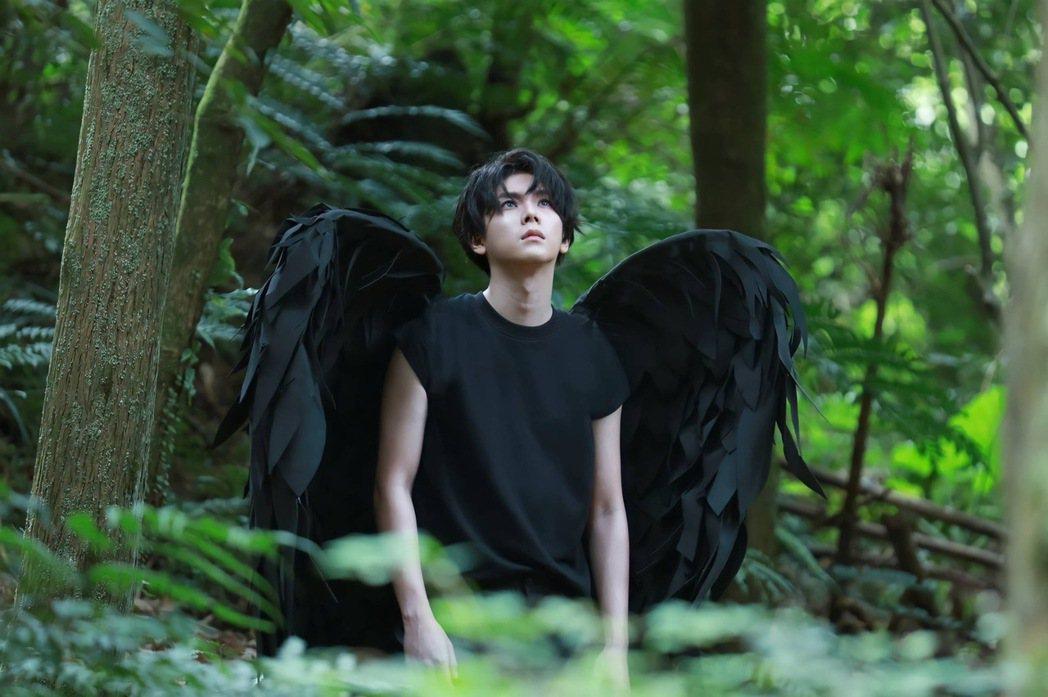 楊宇騰背著5公斤、量身訂製翅膀在森林奔跑。圖/泓康天下娛樂文創提供