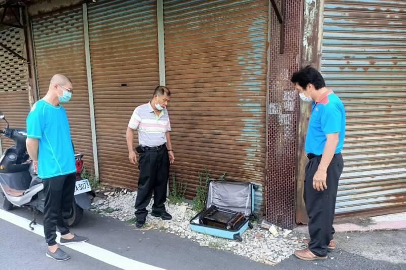 彰化溪湖一處公有停車場,有個藍色行李箱被擺放一個多月無人領,里長獲報打開發現有神主牌,引起地方議論。圖/聯合報系資料照片