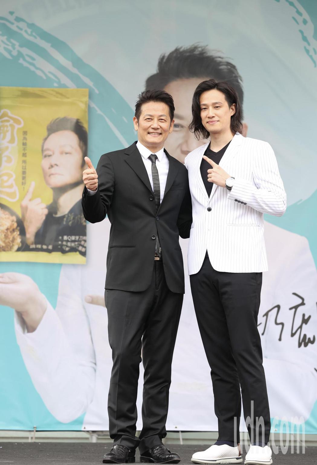 徐乃麟與兒子徐新洋(右)。記者林俊良/攝影