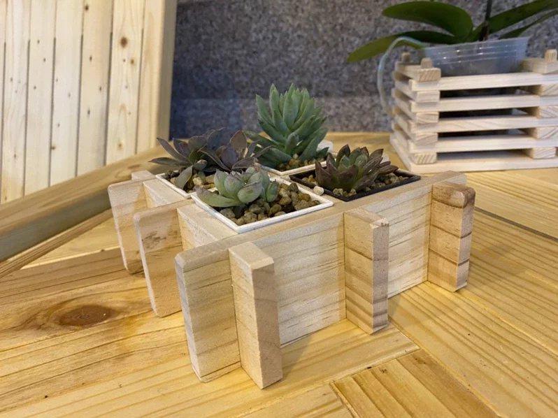 台電積極推動環經濟,利用各種舊電桿等報廢木料,打造成典雅的木造家具、花架等生活品...