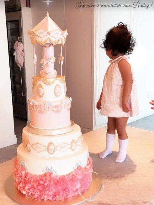 吳佩慈的小女兒與蛋糕合照。圖/擷自IG