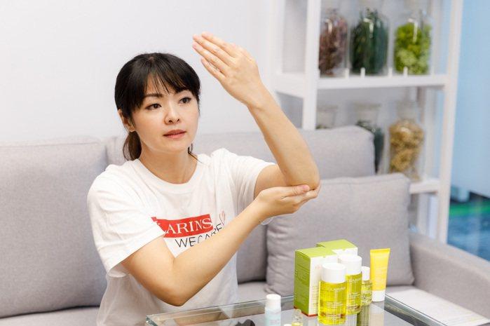 專業美療師線上教導病友使用調和油按摩,舒緩身心壓力。 圖/陳軍杉攝影