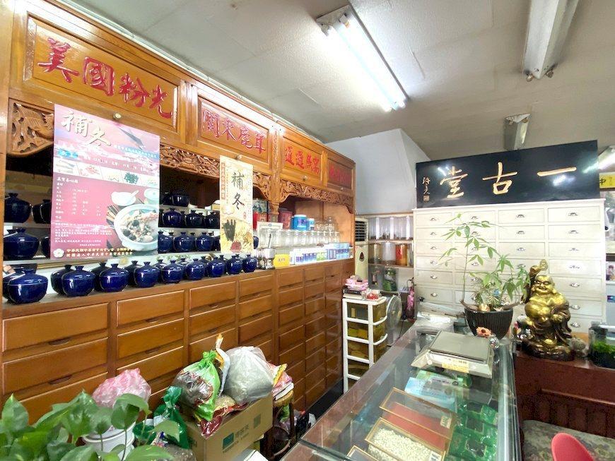 板橋府中一帶在地居民,常會到這家一年四季都賣苦茶的老鋪買瓶藥草茶、抓帖補身中藥材...