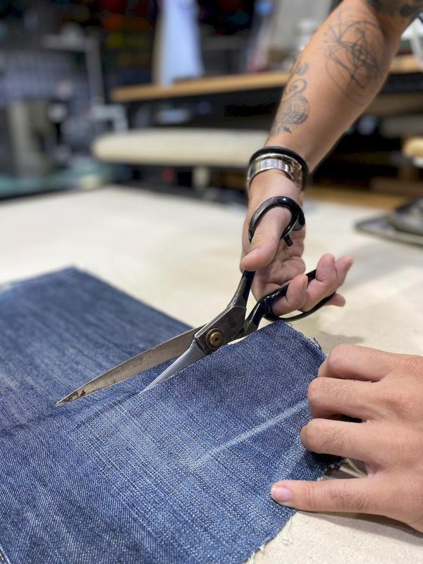 店主李毓晉對服裝設計很有想法,以「局部訂製」的想法為舊衣修改賦予創意。 圖/泰國...