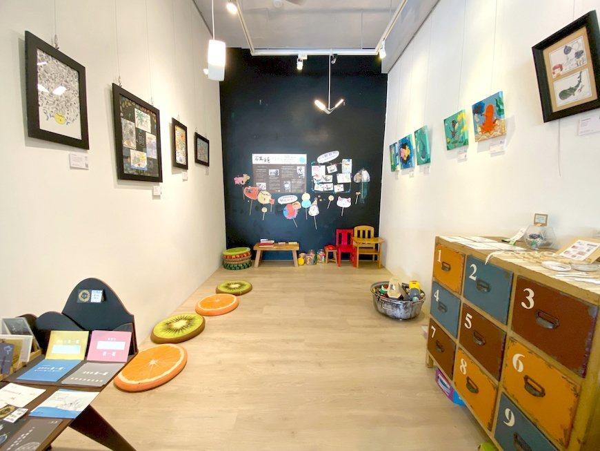 店內貼心規劃有舒適木頭地板的友善親子閱讀區。 圖/在一起咖啡 提供