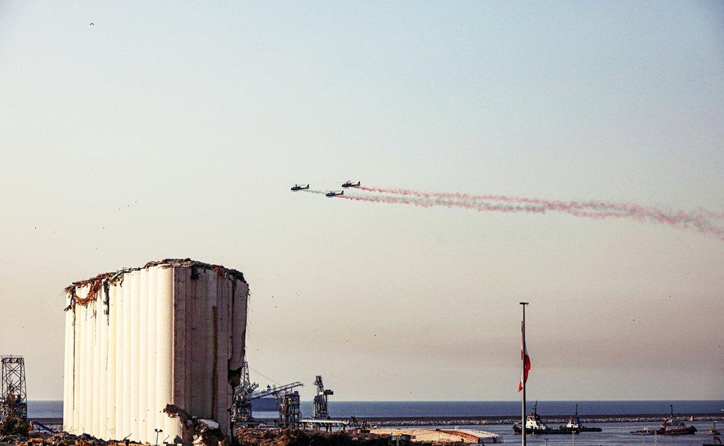 爆炸的恐怖與憤怒記憶仍留存在民眾心中。爆炸一年之後,黎巴嫩軍用直升機飛越穀倉,噴...