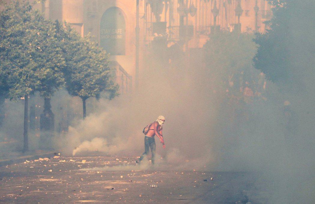 8月4日上街與警方對峙的示威者。 圖/法新社