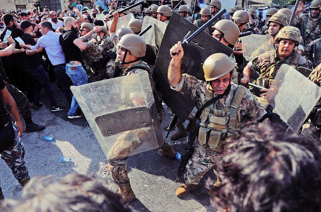 2021年8月4日,爆炸發生整整一年後,防暴警察在貝魯特市中心部署,武力驅散上街...